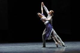 Segey-Popow-w-roli-Chopina-i-Dominika-Krysztoforska-w-roli-Damy-w-spektaklu-Polskiego-Baletu-Narodow