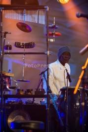 Perkusista-Aiyb-Dieng-podczas-koncertu-na-Warsaw-Summer-Jazz-Days-2015-Soho-Factory-Warszawa-12-lipc