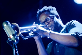 Ambrose-Akinmusire-podczas-koncertu-Leszek-Mozdzer-Special-Project-na-Warsaw-Summer-Jazz-Days-2018-S