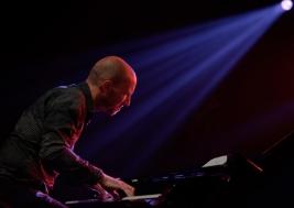 Antonio-Farao-fortepian-podczas-koncertu-Benny-Golsona-na-Warsaw-Summer-Jazz-Days-2019-Stodola-20190