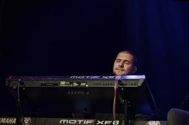 Pianista-Beka-Gochiashvili-piano-podczas-koncertu-