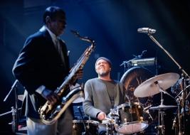 Doug-Sides-perkusja-podczas-koncertu-Benny-Golsona-na-Warsaw-Summer-Jazz-Days-2019-Stodola-20190707