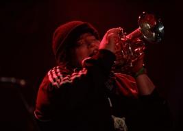Jaimie-Branch-trąbka-podczas-koncertu-James-Brandon-Lewis-UnRuly-Quintet-na-Warsaw-Summer-Jazz-Da