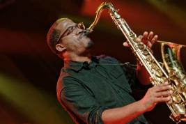 James-Brandon-Lewis-saksofon-podczas-koncertu-na-Jazz-Jamboree-2018-Stodola-20181021