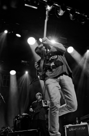 Gitarzysta-Shawn-Kellerman-i-basista-Timothy-Waites-podczas-koncertu-Lucky-Peterson-The-Organizatio