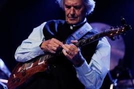 John-McLaughlin-gitara-podczas-koncertu-na-Jazz-Jamboree-2019-Stodola-20191027