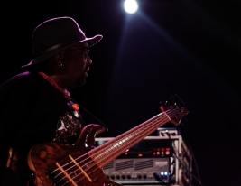 Etienn-Mbappe-bas-podczas-koncertu-John-McLaughlin-the-4th-Dimension-na-Jazz-Jamboree-2019-Stodola-