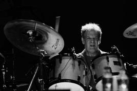 Gary-Husband-perkusja,-inst-klawiszowe-podczas-koncertu-John-McLaughlin-the-4th-Dimension-na-Jazz-J