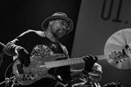 Etienne-Mbappe-bas-podczas-koncertu-John-McLaughlin-the-4th-Dimension-na-Jazz-Jamboree-2019-Stodola