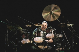 Ranjit-Barot-perkusja-podczas-koncertu-John-McLaughlin-the-4th-Dimension-na-Jazz-Jamboree-2019-Stod