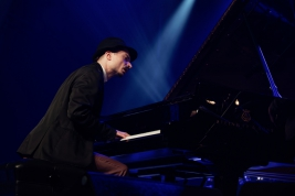 Pianista-Mateusz-Gaweda-podczas-koncertu-Kuba-Wiecek-Gaweda-Quintet-feat-Falph-Alessi-na-Jazz-Jambo