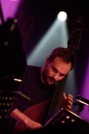 Kontrabasista-Max-Mucha-podczas-koncertu-Kuba-Wiecek-Gaweda-Quintet-na-Jazz-Jamboree-2019-Stodola-2