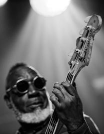 Jamaladeen-Tacuma-bas-podczas-koncertu-Spice-of-Life-Trio-na-Jazz-Jamboree-2019-Stodola-20191024