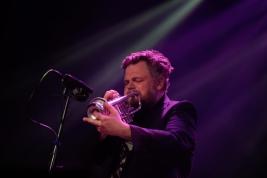 Artur-Majewski-trabka-podczas-koncertu-Spice-of-Life-Trio-na-Jazz-Jamboree-2019-Stodola-20191024