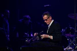 Pete-Judge-trabka-podczas-koncertu-Get-The-Blessing-na-Jazz-Jamboree-2019-Stodola-20191024