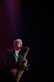Jake-McMurchie-saksofon-podczas-koncertu-Get-The-Blessing-na-Jazz-Jamboree-2019-Stodola-20191024