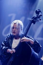 Basistka-Kamila-Drabek-podczas-koncertu-na-Warsaw-
