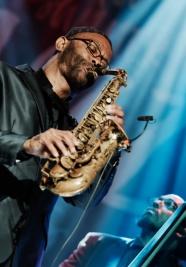 Kenny-Garret-saksofon-i-Corcoran-Holt-bas-podczas-koncertu-Kenny-Garret-Quintetn-na-Warsaw-Summer-Ja