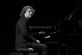 Kompozytor-Krzysztof-Kobylinski-podczas-koncertu-z-Ethnojazz-Orchesta-na-Warsaw-Summer-Jazz-Days-201