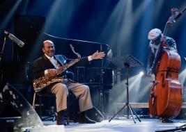 Gilles-Naturel-bas-i-Benny-Golson-saksofon-podczas-koncertu-na-Warsaw-Summer-Jazz-Days-2019-Stodola-