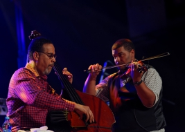 Stanley-Clarke-bass-and-Evan-Garr-violin-at-Warsaw-Summer-Jazz-Days-2019-Stodola-20190704