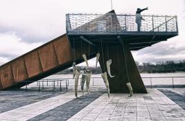 Artysta-Pawel-Jackowski-i-instalacja-rzezb-Magdy-Fokt-Kokony-Warszawa-Bulwary-Wislane-20190115