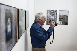 Fotograf-Tadeusz-Rolke-podczas-wernisazu-wystawy-Bedzie-dobrze-Galeria-Le-Guern-Warszawa-20180809