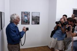 Fotograf-Tadeusz-Rolke-podczas-wernisażu-wystawy-quot;Będzie-dobrzequot;-Galeria-Le-Guern-Wars