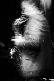 Maciej-Obara-Portret-z-saksofonem-Wydruk-na-papierze-Hahnemühle-Photo-Rag®-Baryta-przy-uzyciu-atra