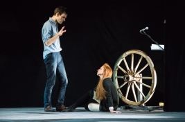 Aktorka-Izabella-Rzeszowska-i-rezyser-Pawel-Paszta-podczas-prob-Krolestwa-Wszechwanny-Hanocha-Levina