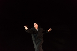 Aktor-Jerzy-Walczak-podczas-proby-sztuki-Krolestwo-Wszechwanny-Hanocha-Levina-w-rezyserii-Pawla-Pasz