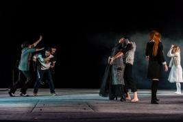 Scena-ze-spektaklu-Krolestwo-Wszechwanny-Hanocha-Levina-w-rezyserii-Pawla-Paszty-Od-prawej-Malgrzata