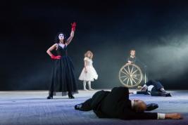 Scena-ze-spektaklu-Krolestwo-Wszechwanny-Hanocha-Levina-w-rezyserii-Pawla-Paszty-Teatr-Zydowski-w-Wa