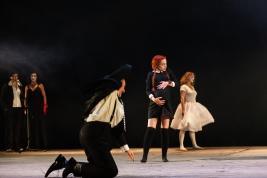 Scena-spektaklu-Krolestwo-Wszechwanny-Hanocha-Levina-w-rezyserii-Pawla-Paszty-Teatr-Zydowski-w-Warsz