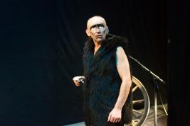 Ryszard-Kluge-wycierajacy-makijaz-po-probie-spektaklu-Krolestwo-Wszechwanny-Hanocha-Levina-w-rezyser