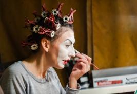 Monika-Chrzastowska-podczas-charakteryzacji-do-spektaklu-Krolestwo-Wszechwanny-Hanocha-Levina-w-rezy