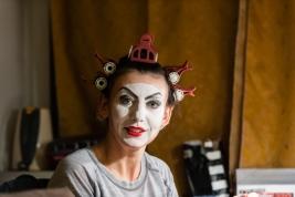 Monika-Chrzastowska-podczas-charakteryzacji-do-proby-spektaklu-Krolestwo-Wszechwanny-Hanocha-Levina-