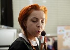 Aktorka-Izabella-Rzeszowska-w-swojej-garderobie-przed-proba-Krolestwa-Wszechwanny-Hanocha-Levina-w-r