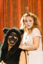 Malgorzata-Majewska-w-roli-Szirli-i-Ryszard-Kluge-w-roli-kuzyna-Jekutieli-w-spektaklu-Krolestwo-Wsze