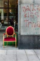 fotel,-walka-klas,-napis,-Krakowskie-Przedmiescie,-Warszawa,-czerwony