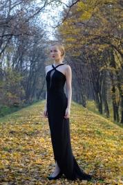 Czarna-sukienka-Sesja-jesienna-Modelka-Olga-Yaroshenko
