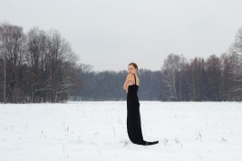zima;-sukienka;-czarna;-Olga-Yaroshenko;-las;-snieg