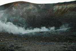 krater;-wulkan;-dym;-skaly;-Wlochy;-wyspa