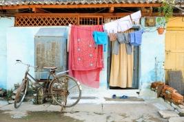 wejscie;-dom;-drzwi;-rower;-pranie;-cegly;-Khajuraho;-Indie