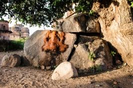 Ganesh;-kamienie;-drzewo;-kapliczka;-Indie;-Orchha