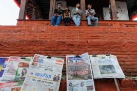 Gazety,-mur-i-Nepalczycy-w-Katmandu