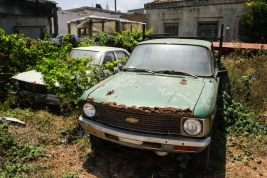 Stare-samochody-w-ogrodzie-na-Rodos