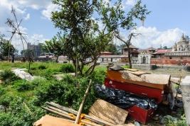Stare-trumny-na-smietniku-w-Nepalu-