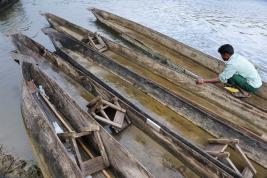 Lodzie-na-rzece-w-dzungli,-Nepal