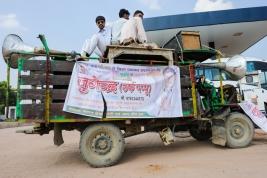 Samochod-propagandowy-na-stacji-paliw-w-Indiach